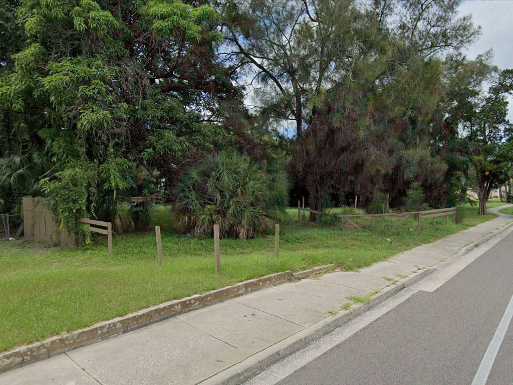 Unique property near homes and businesses - Image 3