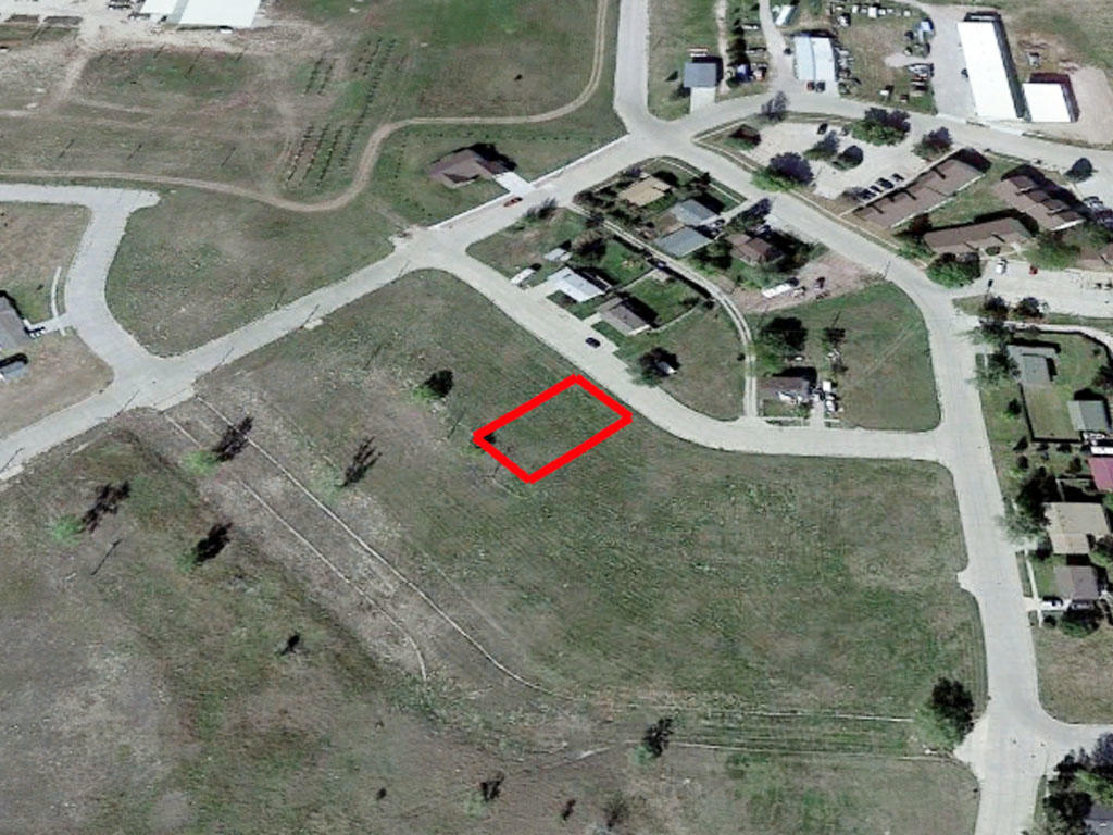 Almost 8000 square foot property in a vibrant community - Image 2