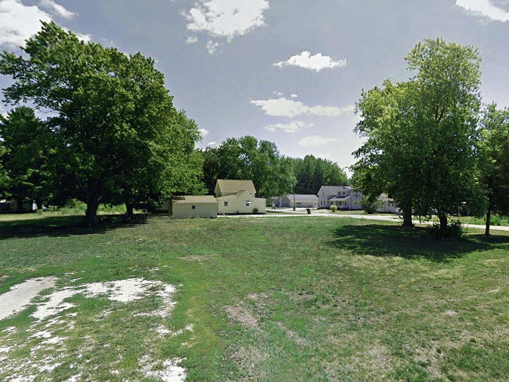 Charming Corner Lot in Suburban La Harpe Illinois - Image 4