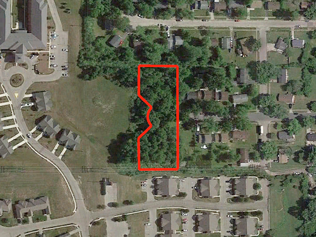 Spacious 1 Acre Lot in Lively Metropolis Setting - Image 1