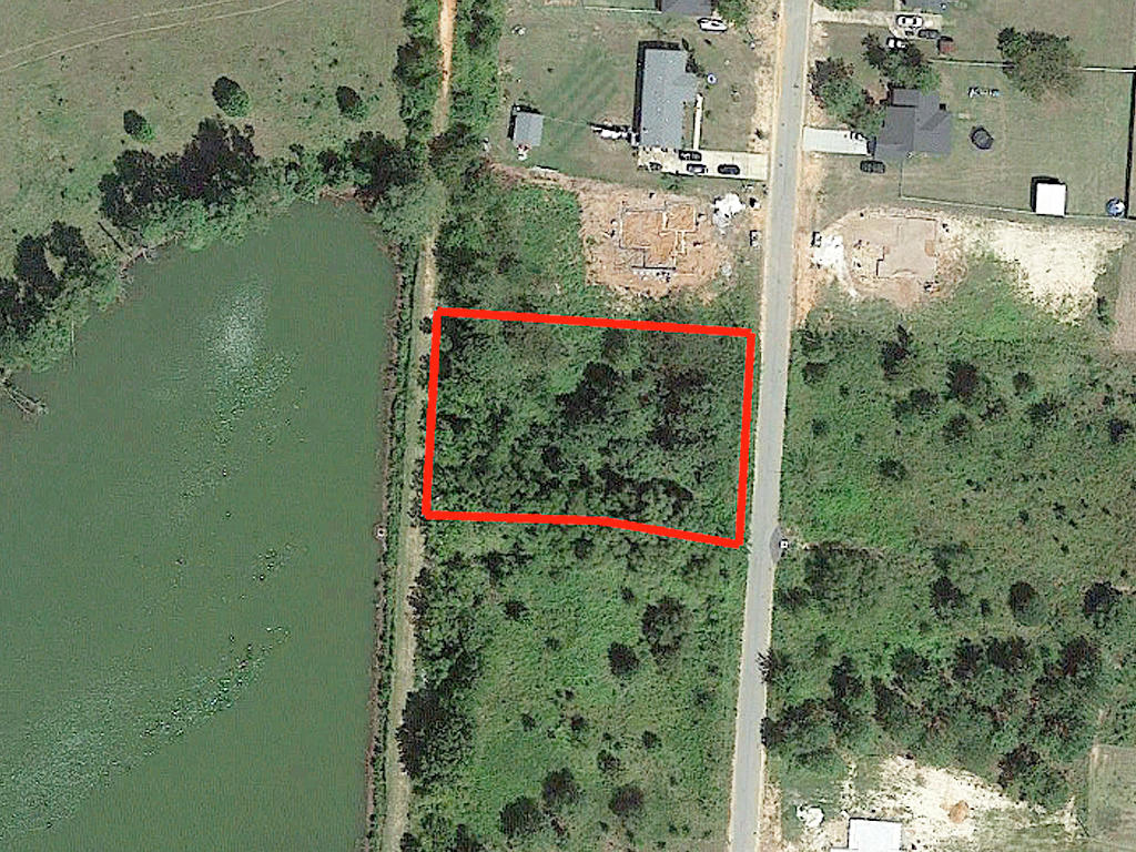 Beautiful Property Adjacent to Large Pond - Image 2